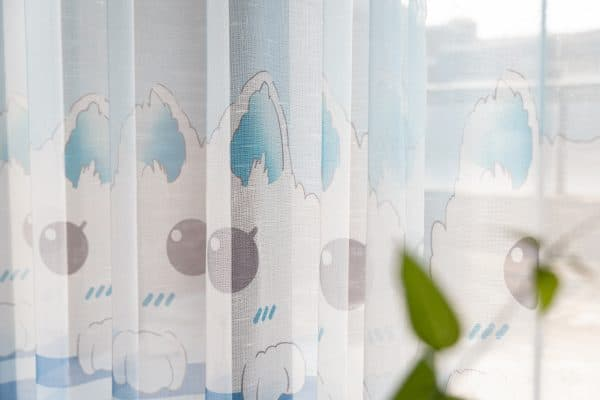 Kat blauw gordijnen