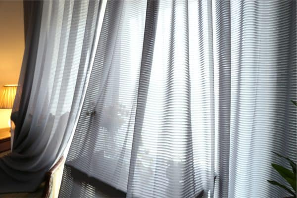 Grijs vitrage gordijn