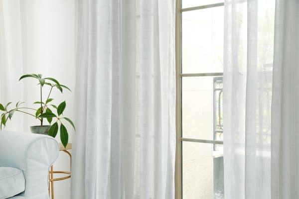 Licht grijze vitrage gordijn lichte horizontale streepstructuur