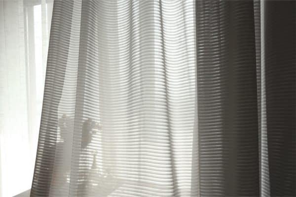 Licht grijs vitrage gordijn