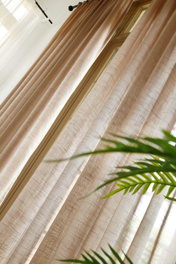 Licht bruine vitrage gordijn (lichte horizontale streepstructuur)